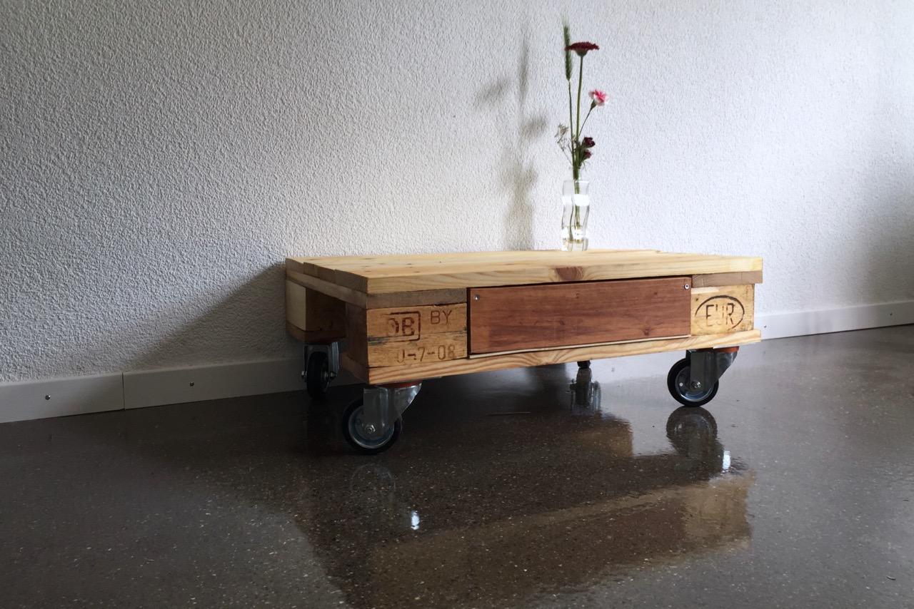 Kleiner Tisch mit Schublade und praktischen Lenkrollen