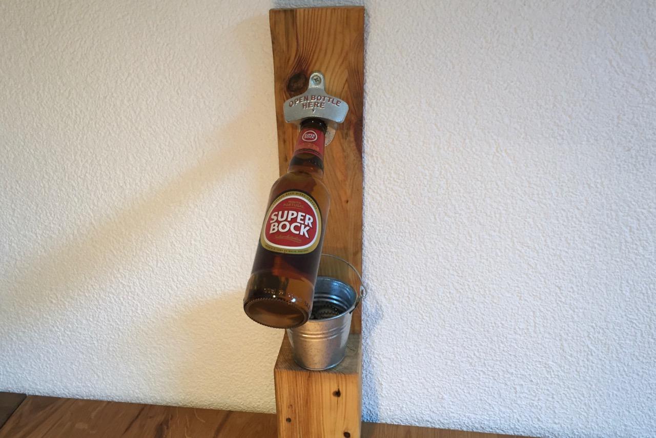 Flaschenöffner mit Kessel für Kronkorken aus Europaletten